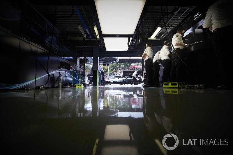 Mercedes AMG F1 W09 Lewisa Hamiltona, widok z garażu zespołu