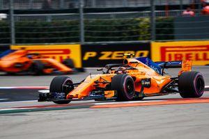 Stoffel Vandoorne, McLaren MCL33, devant Fernando Alonso, McLaren MCL33
