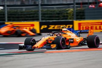 Stoffel Vandoorne, McLaren MCL33, voor Fernando Alonso, McLaren MCL33