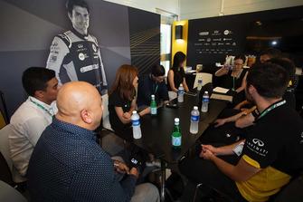 Partecipanti alla Infiniti Engineering Academy nel motorhome del Renault Sport F1 Team