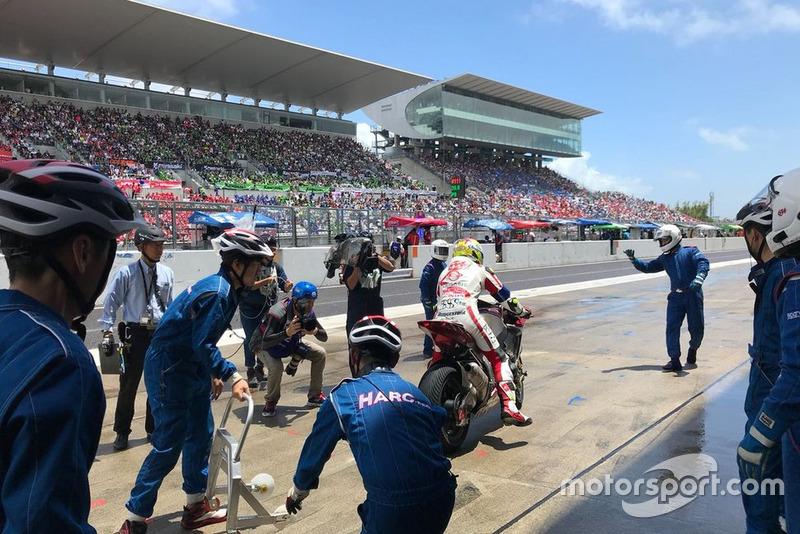 #634 Harc-Pro Honda of Dominique Aegerter, Ryo Mizuno and Randy de Puniet pit stop