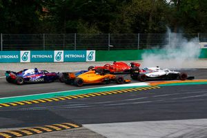 Sebastian Vettel, Ferrari SF71H trompea tras tocarse con Lewis Hamilton, Mercedes AMG F1 W09 en la primera vuelta del GP de Italia