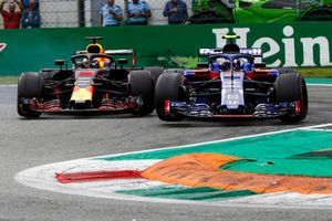 Daniel Ricciardo, Red Bull Racing RB14, and Pierre Gasly, Toro Rosso STR13, go wheel-to-wheel