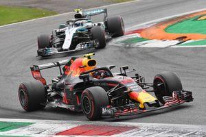 Max Verstappen, Red Bull Racing RB14 et Valtteri Bottas, Mercedes AMG F1 W09 en bataille