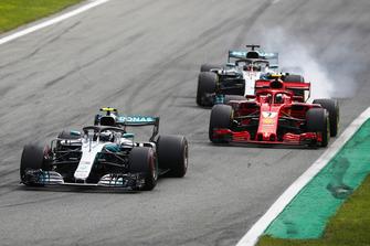 Valtteri Bottas, Mercedes AMG F1 W09, leadsKimi Raikkonen, Ferrari SF71H, and Lewis Hamilton, Mercedes AMG F1 W09, as he locks up