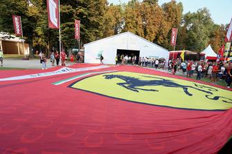 Bandera gigante de Ferrari en la Fan Zone