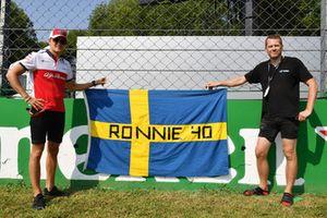Marcus Ericsson, Alfa Romeo Sauber F1 Team con una bandera recordando a Ronnie Peterson