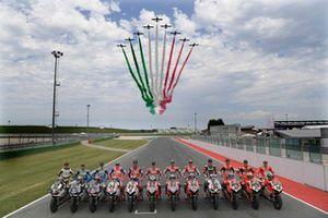Le Frecce Tricolori colano sui protagonisti della Race Of Champions