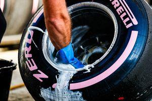 Un ingegnere lava una gomma Pirelli Hypersoft