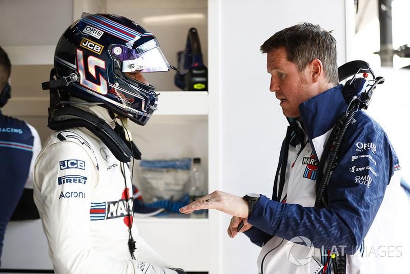 Lance Stroll, Williams Racing, habla con Rob Smedley, jefe de rendimiento del vehículo, Williams Martini Racing