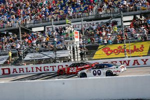 Brad Keselowski, Team Penske, Ford Mustang Snap-On and Cole Custer, Stewart-Haas Racing, Ford Mustang Haas Automation on a restart