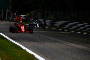 Kimi Raikkonen, Ferrari SF71H y Valtteri Bottas, Mercedes AMG F1 W09