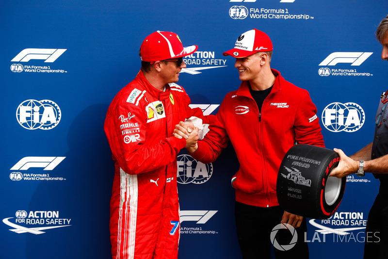 Mick Schumacher otorga a Kimi Raikkonen, Ferrari, el Pirelli Pole Position award