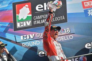 Il vincitore Matteo Ferrari, Ducati Barni Racing, festeggia sul podio