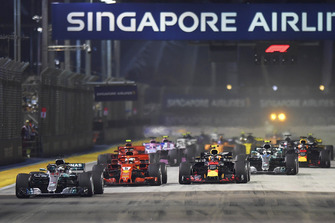 Start zum GP Singapur 2018: Lewis Hamilton, Mercedes-AMG F1 W09 EQ Power+, führt