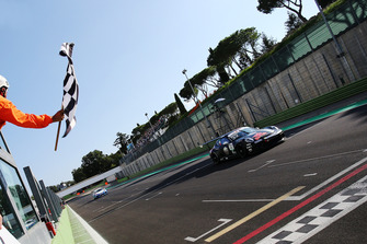Bandiera a scacchi per Gianmarco Quaresmini, Dinamic Motorsport