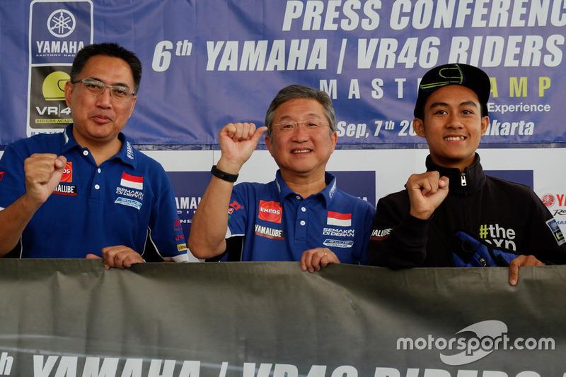 M Abidin, General Manager After Sales & Motor Sports dan Minoru Morimoto, Presiden Direktur PT. Yamaha Indonesia Motor Manufacturing (YIMM) bersama M Faerozi, Yamaha Racing Indonesia