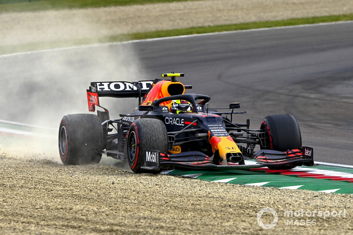 Sergio Pérez, Red Bull Racing RB16B, se va de largo