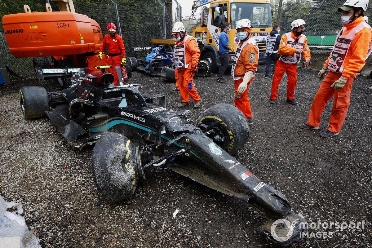 Los comisarios retiran el coche de Valtteri Bottas, Mercedes W12 tras el accidente