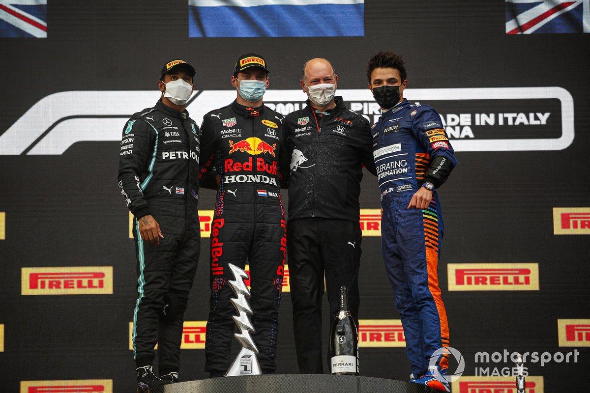 Podio: segundo lugar Lewis Hamilton, Mercedes, ganador de la carrera Max Verstappen, Red Bull Racing y el tercer lugar Lando Norris, McLaren