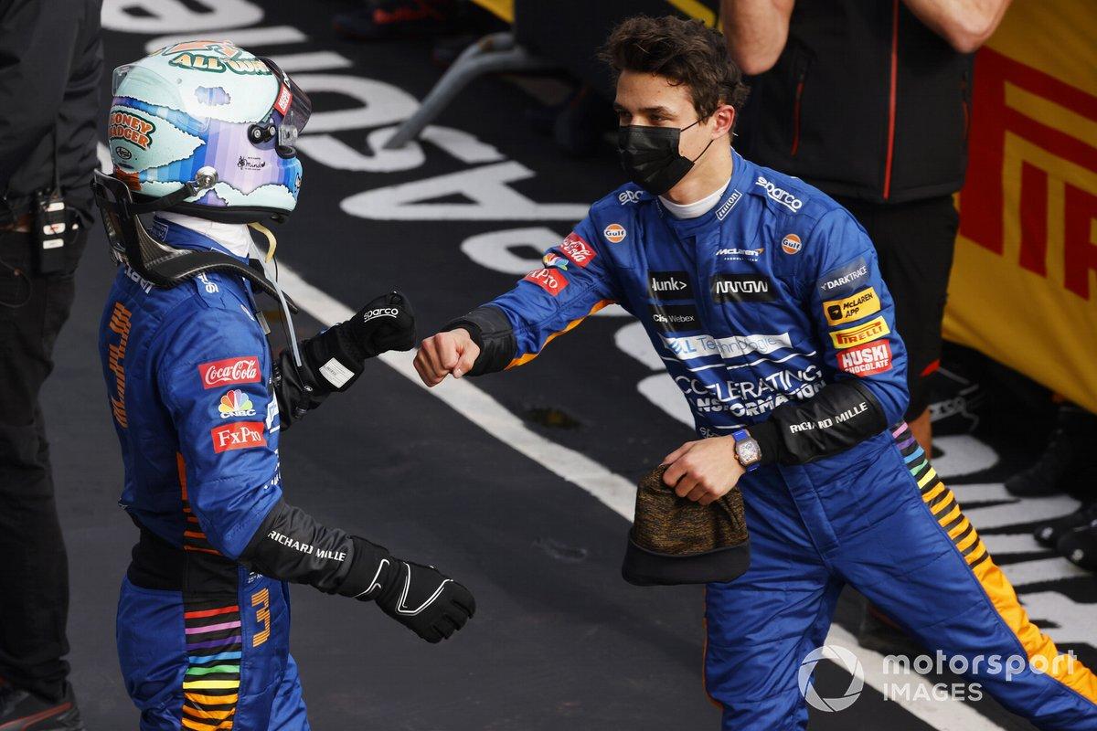 Daniel Ricciardo, McLaren, y Lando Norris, McLaren, 3ª posición, se felicitan mutuamente en Parc Ferme