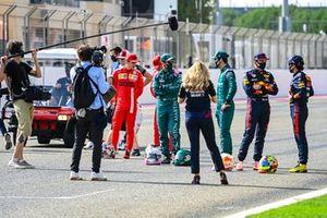Гонщики перед съемкой на стартовой прямой