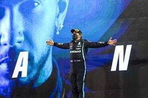 Lewis Hamilton, Mercedes, vainqueur, sur le podium