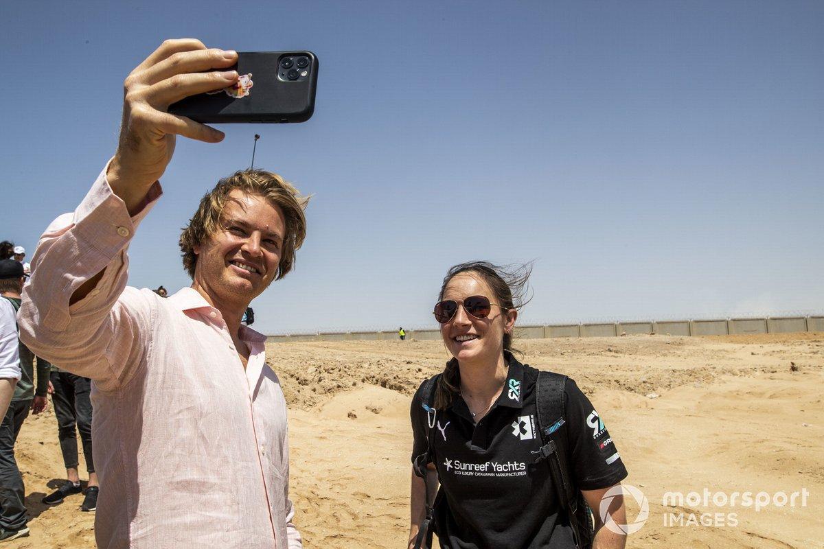 Nico Rosberg, fundador y SEO de Rosberg X Racing, se hace un selfie con Molly Taylor, Rosberg X Racing