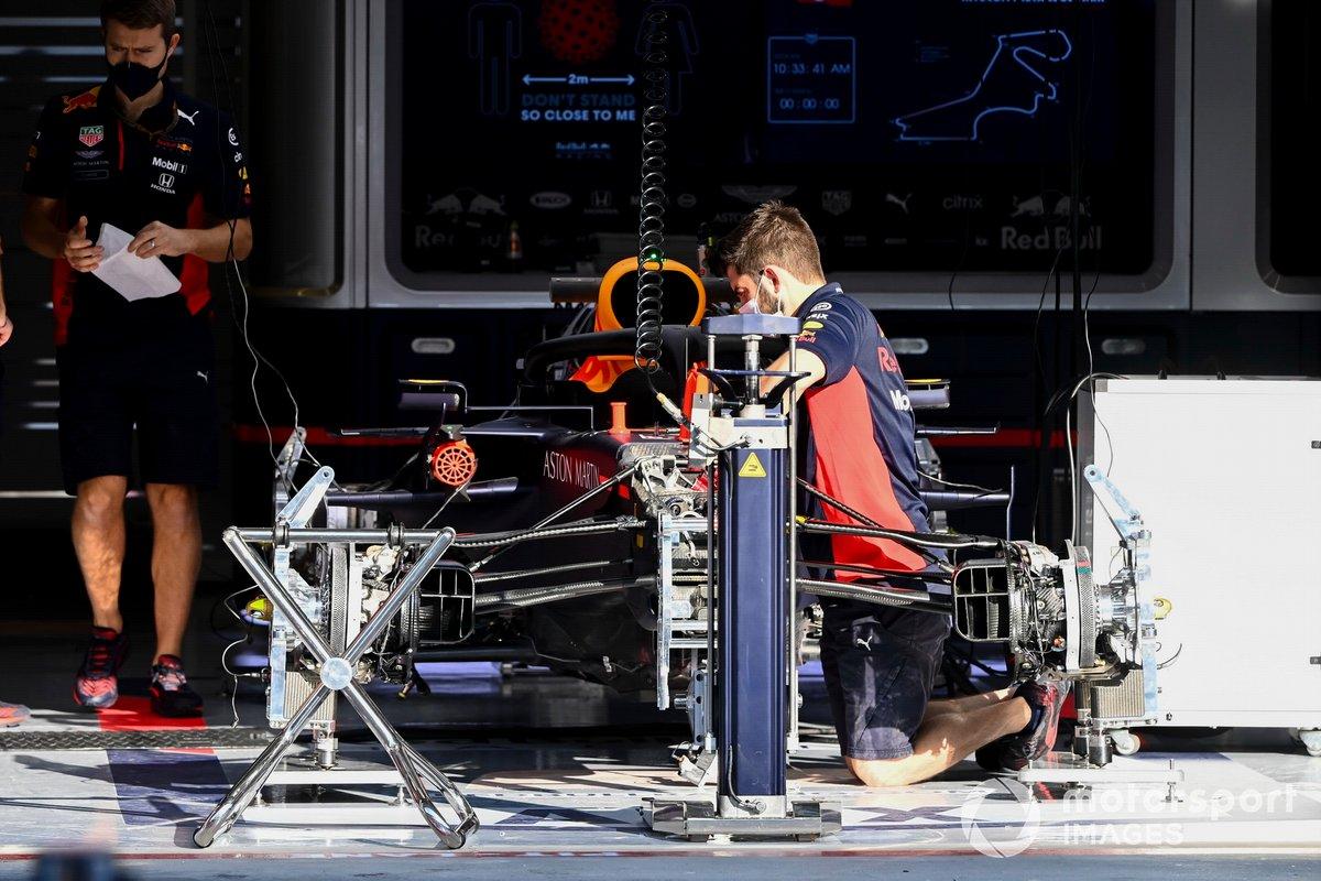 Un mecánico trabajando en el Red Bull Racing RB16