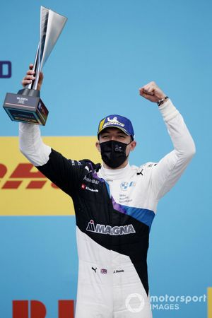 Jake Dennis, BMW i Andretti Motorsport, primo classificato, con il trofeo