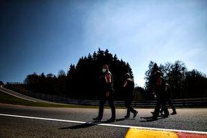 El equipo Toyota Gazoo Racing recorre la pista