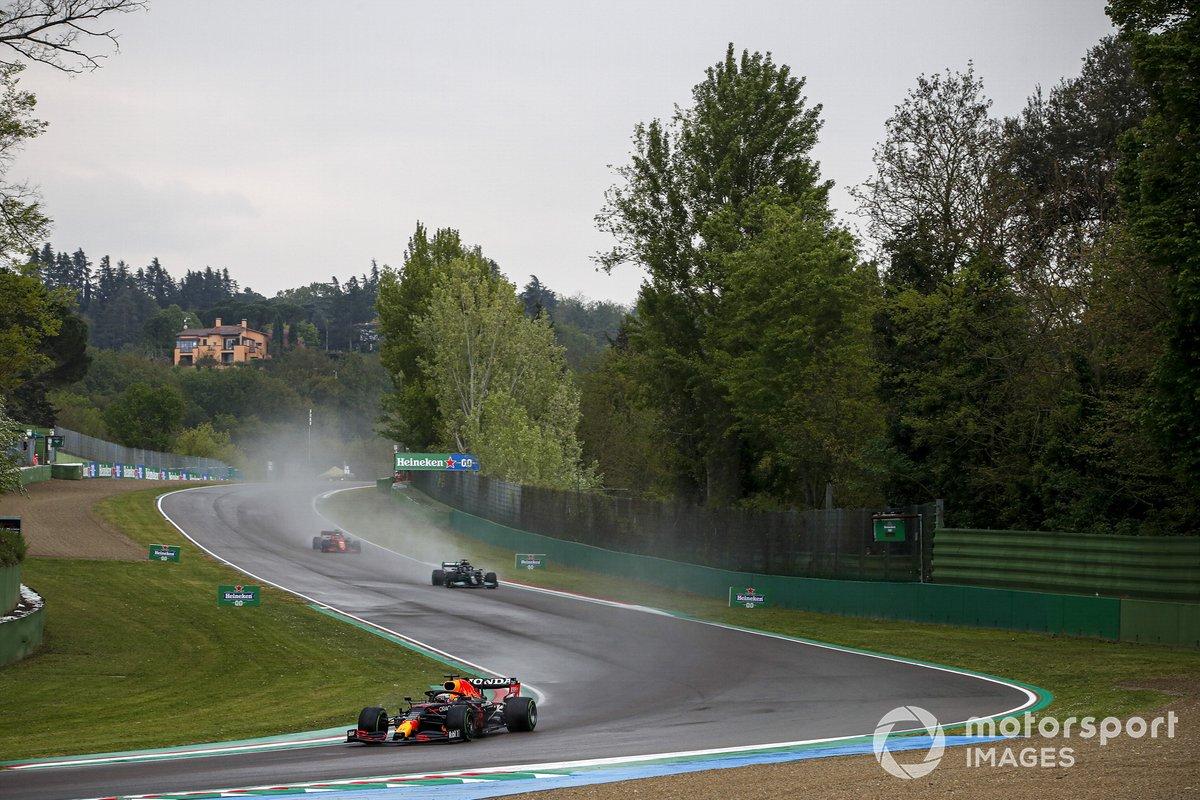 Max Verstappen, Red Bull Racing RB16B, Lewis Hamilton, Mercedes W12, e Charles Leclerc, Ferrari SF21
