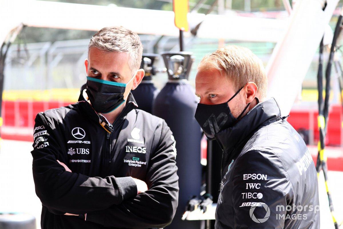 Valtteri Bottas, Mercedes, parla con un membro del team
