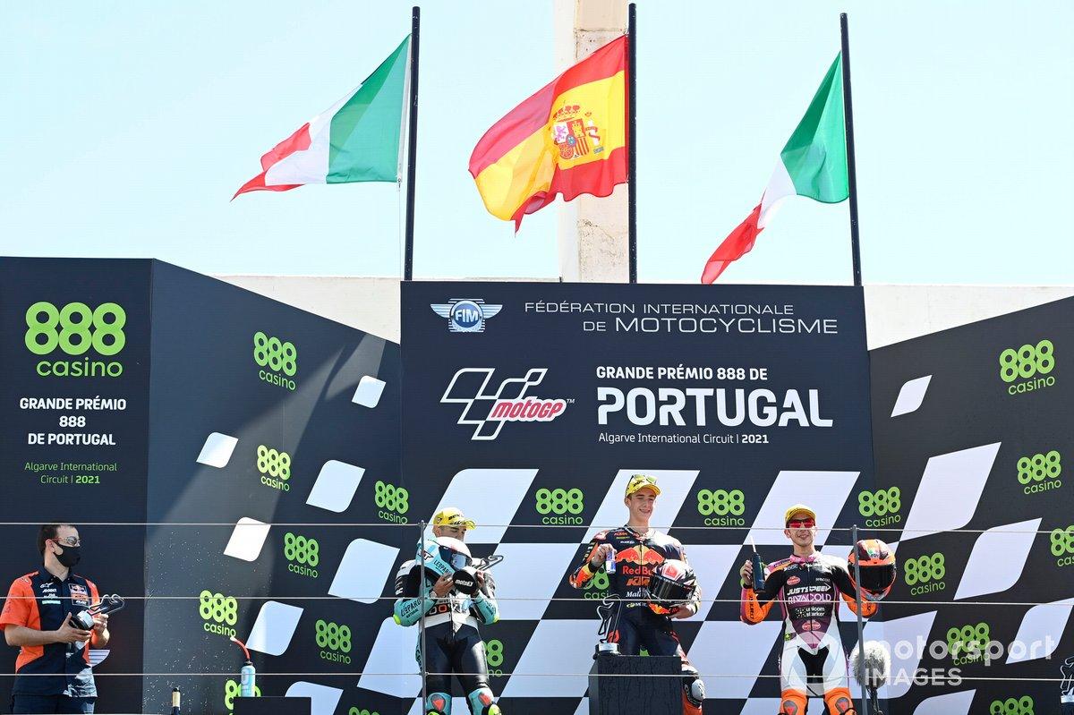 Pedro Acosta, Red Bull KTM Ajo, Dennis Foggia, Leopard Racing, Andrea Migno, Rivacold Snipers Team en el podio