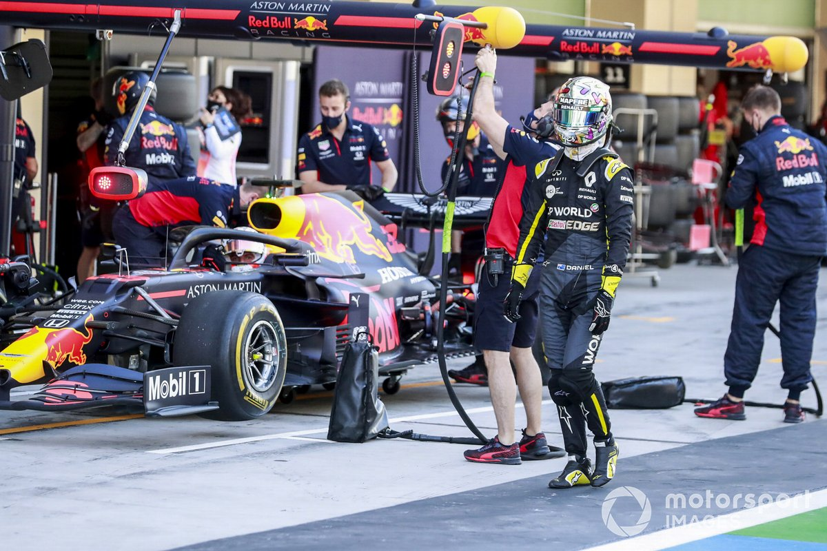 Daniel Ricciardo, Renault F1, passa davanti al garage di Max Verstappen, Red Bull Racing RB16