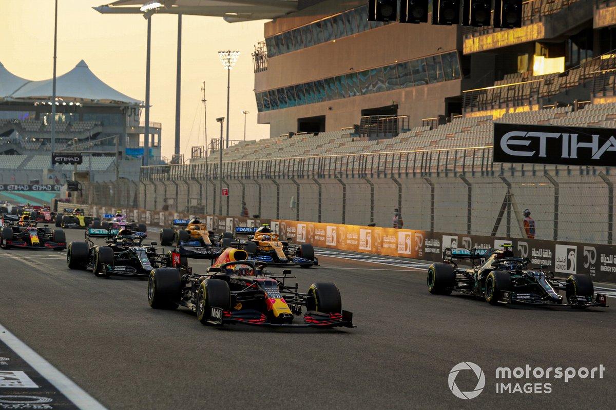 Max Verstappen, Red Bull Racing RB16, Valtteri Bottas, Mercedes F1 W11, Lewis Hamilton, Mercedes F1 W11, Lando Norris, McLaren MCL35, Alex Albon, Red Bull Racing RB16, al inicio de la carrera