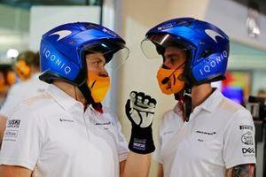 Mécaniciens McLaren dans leur garage