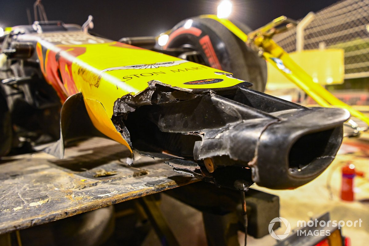 L'ala anteriore danneggiata della Red Bull Racing RB16 di Alexander Albon