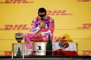 Le vainqueur Sergio Perez, Racing Point, assis sur le podium