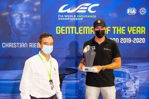 #77 Proton Competition Porsche 911 RSR: Christian Ried, y el presidente de ACO, Pierre Fillon