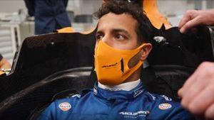 Daniel Ricciardo prova il sedile della McLaren 2021
