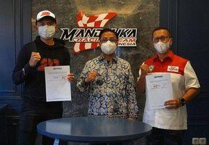 Dimas Ekky dengan Presiden Mandalika Racing Team Indonesia (MRTI), Rapsel Ali, dan Direktur Mandalika Racing Team Indonesia (MRTI), Kemalsyah Nasution