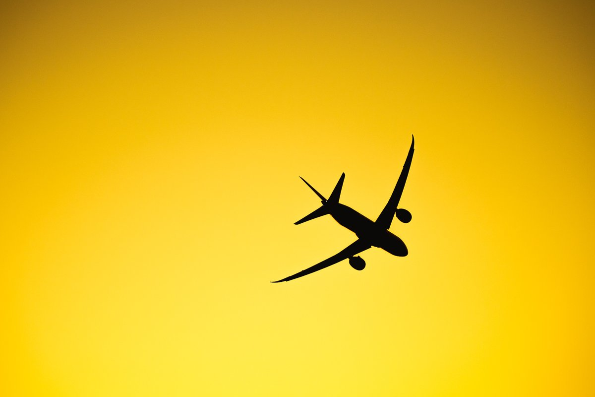 Самолет над трассой перед стартом гонки
