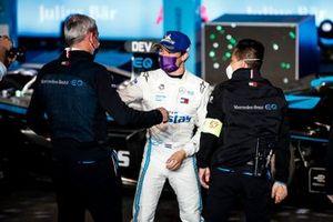 Racewinnaar Nyck de Vries, Mercedes Benz EQ viert de overwinning in parc fermé