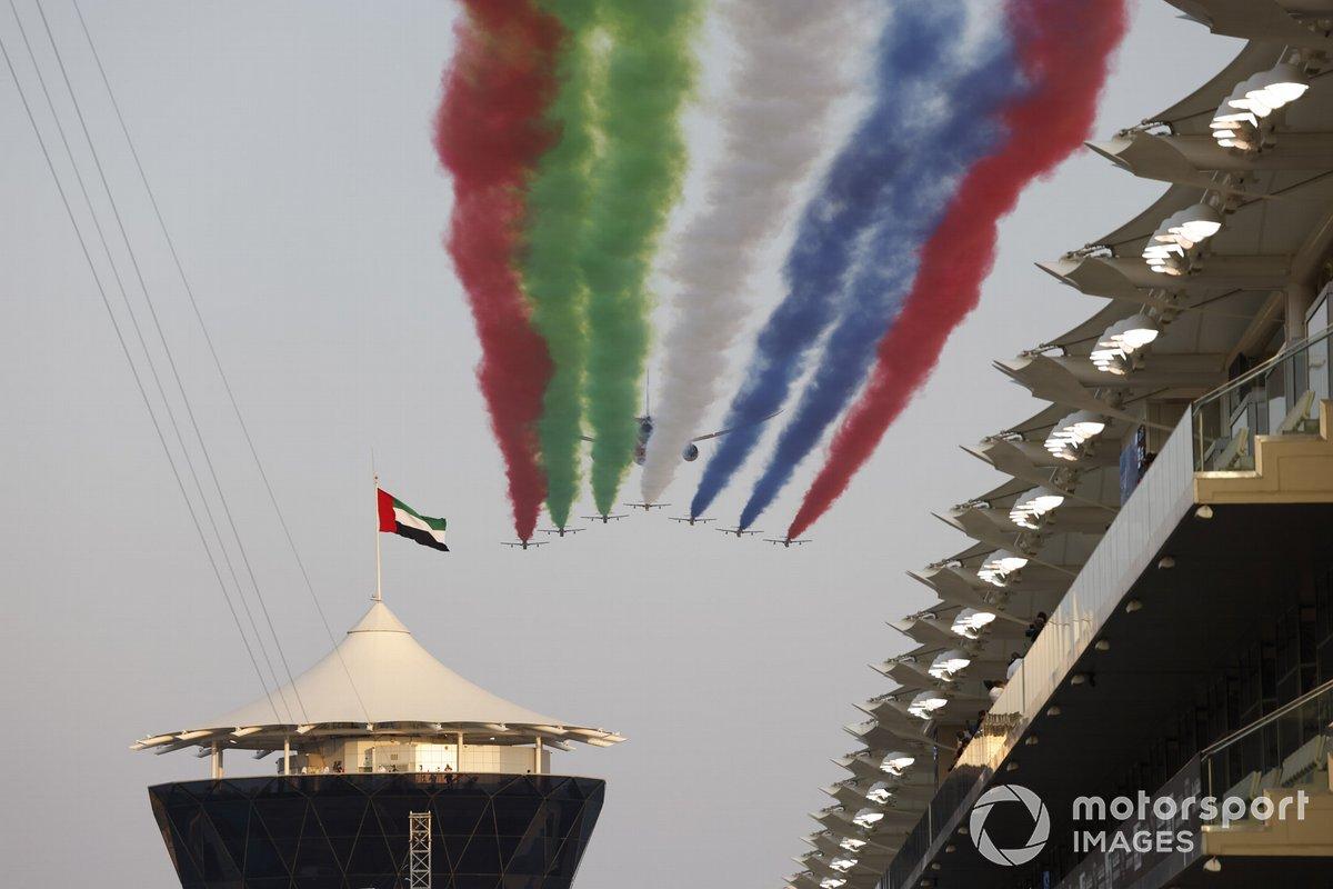 Il team dell'Air Force Display degli Emirati Arabi Uniti Al Fursan scorta un Boeing 787 Dreamliner di Etihad sulla griglia di partenza