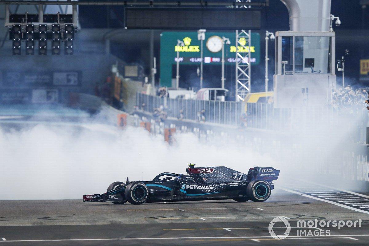 Lewis Hamilton, Mercedes F1 W11, 3ª posición, y Valtteri Bottas, Mercedes F1 W11, 2ª posición, realizan donuts de celebración en la parrilla después de la carrera.