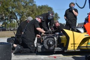 Crew makes adjustments to Ryan Hunter-Reay's Andretti Autosport Honda