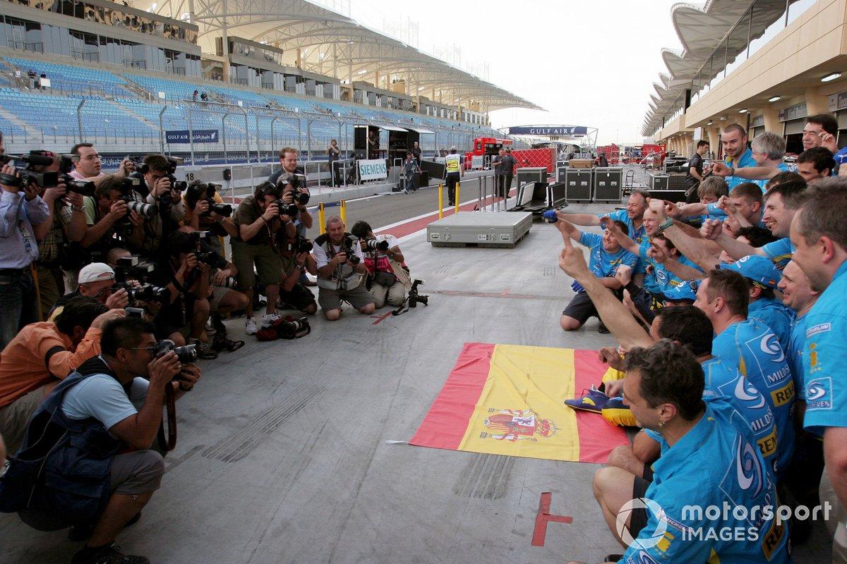 Fernando Alonso, Renault, celebra el triunfo con el equipo
