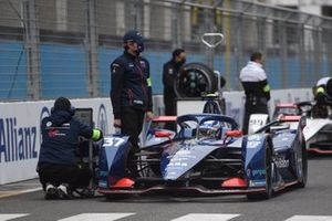 Engineers on the grid with the car of Nick Cassidy, Envision Virgin Racing, Audi e-tron FE07