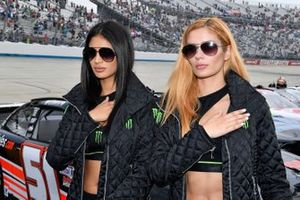 Девушки Monster и автомобиль Toyota Supra Monster Energy Рили Хербста